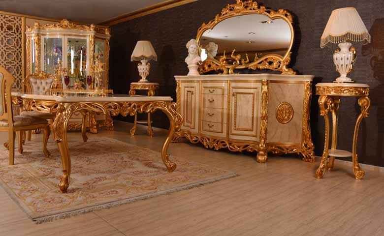 Altın rengi klasik yemek odası