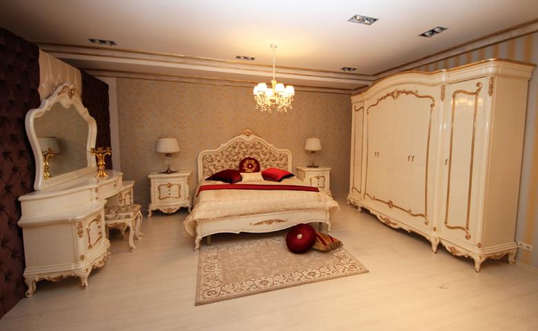 desenli taçlı klasik yatak odası