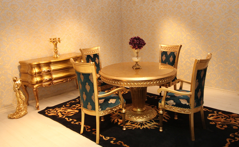 Altın varaklı klasik mutfak masası