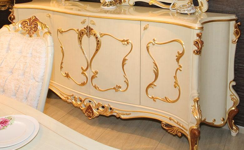 Klasik altın varaklı yemek odası